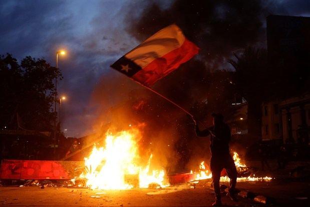 Noche de toques de queda en 9 regiones de Chile tras una histórica marcha social