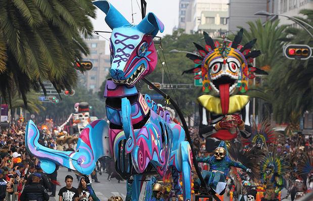 Coloridas y creativas carrozas adornaron este domingo las avenidas de la capital mexicana, con motivo de la celebración del tradicional desfile del Día de Muertos, en Ciudad de México (México).