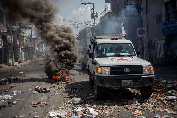 Miembros del sector de la Salud marchan para exigir la renuncia del presidente Jovenel Moise este miércoles, en Puerto Príncipe (Haití).