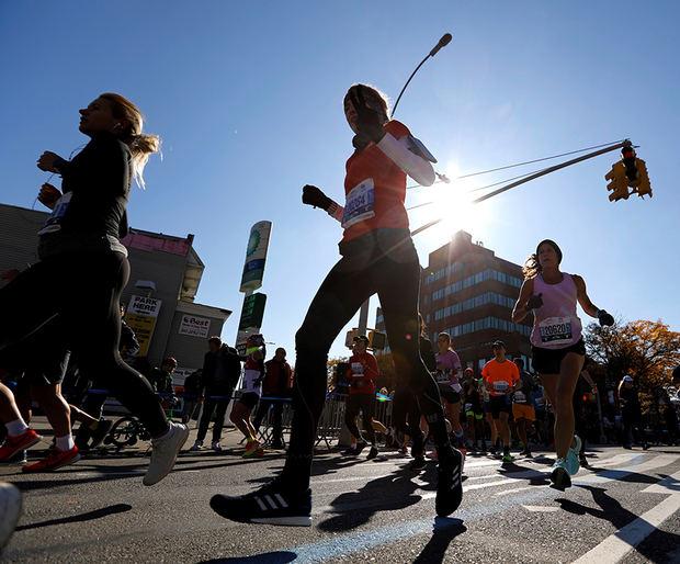 Los corredores pasan por Brooklyn durante el Maratón TCS New York City 2019 en Nueva York, EE. UU.