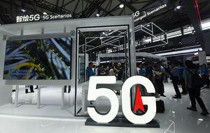 Varios visitantes se acercan a un stand de la tecnología 5G, en el Mobile World Congress de Shanghái (China).