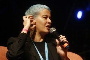 La novelista y cantautora dominicana Rita Indiana habla durante un conversatorio parte del evento llamado Circulart este jueves, en Medellín (Colombia).