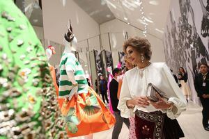 Visitantes observan este jueves la exposición 'Naty Abascal !y la moda!', en el Museo Jumex de Ciudad de México (México). La muestra reúne a diseñadores como Óscar de la Renta, Valentino, Yves Saint Laurent, entre otros cuyas creaciones han sido lucidas por la reconocida modelo.