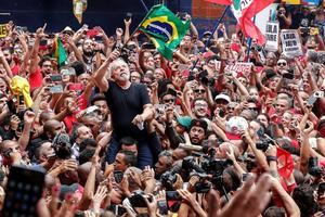 La excarcelación de Lula aumenta la polarización en Brasil Simpatizantes del expresidente de Brasil Luiz Inácio Lula da Silva (c) lo llevan en hombros este sábado en Sao Bernardo do Campo (Brasil), su cuna política, en su primer día en libertad después de 1 año y 7 meses entre rejas. EFE/Sebastião Moreira