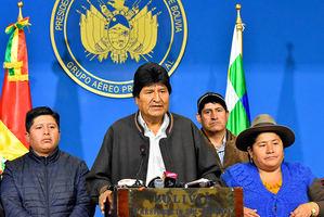 El presidente de Bolivia, Evo Morales (2-i), habla durante una breve comparecencia este domingo en el hangar presidencial de El Alto (Bolivia).