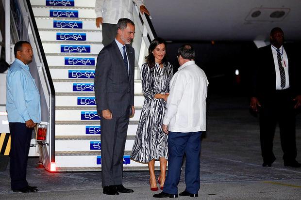 El Rey Felipe VI y la Reina Letizia son recibidos por el Ministro de Relaciones Exteriores cubano, Bruno Rodríguez (d), a su llegada esta noche al aeropuerto Internacional José Martí en La Habana, donde inician un viaje oficial de cuatro días a Cuba, y que se enmarca en la conmemoración de los 500 años de la fundación de La Habana.