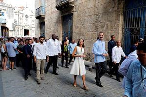 os Reyes durante un paseo por la 'Habana Vieja' en su visita de Estado de tres días a Cuba, la primera de la historia que hace un monarca español, que coincide con el 500 aniversario de la fundación de La Habana.