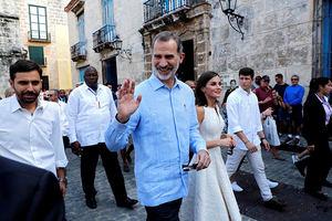 Los Reyes durante un paseo por la 'Habana Vieja' en su visita de Estado de tres días a Cuba, la primera de la historia que hace un monarca español, que coincide con el 500 aniversario de la fundación de La Habana.