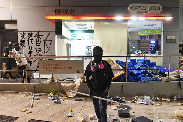 Hong Kong amanece por cuarto día con carreteras cortadas y gas lacrimógeno.