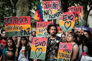 Personas participan en una concentración con el lema 'No al golpe de Estado en Bolivia' convocada por la principal central sindical de Uruguay, el PIT-CNT, este jueves, en Montevideo, Uruguay.