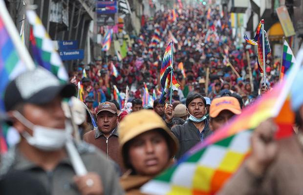 Cientos de simpatizantes del expresidente boliviano Evo Morales marchan este jueves, en La Paz (Bolivia).