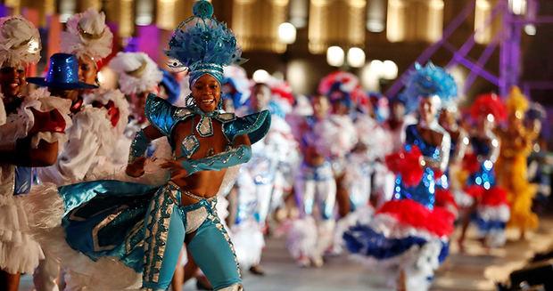 Bailarinas se presentan en la Gala frente al Capitolio por el aniversario 500 de La Habana.