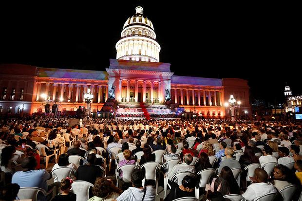 Público asiste a la Gala frente al Capitolio por el aniversario 500 de La Habana.