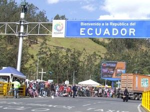 Cientos de migrantes venezolanos llegan al Puente de Rumichaca, en la frontera entre Colombia y Ecuador, en Tucán, Ecuador.