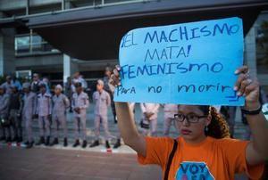 Una mujer protesta frente a la Procuraduría General de Justicia, en Santo Domingo (República Dominicana).