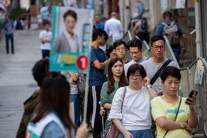Los ciudadanos se alinean para emitir su voto en las elecciones ordinarias del Consejo de Distrito en Hong Kong, China, el 24 de noviembre de 2019. Este domingo 4,13 millones de electores inscritos emitirán sus votos para las elecciones ordinarias del Consejo de Distrito de 2019. Hong Kong se encuentra en su sexto mes de protestas masivas, provocadas originalmente por un proyecto de ley de extradición ahora retirado.