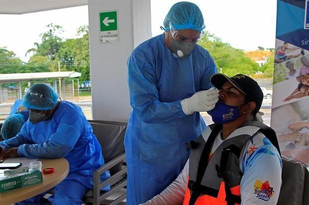 La Organización Mundial de la Salud (OMS) informó este viernes que se marcó un nuevo récord de casos diarios, 445.000, a nivel global con un fuerte aumento de los contagios en Europa, que superó al sur de Asia y se colocó como la segunda región más afectada.