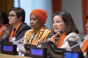 Fotografía cedida por la ONU donde aparece la jefa de gabinete del secretario general, Maria Luiza Ribeiro Viotti (d), mientras habla junto a la directora ejecutiva de ONU Mujeres, Phumzile Mlambo-Ngcuka (c),