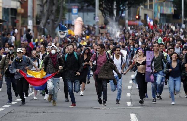 Cientos de personas marchan este lunes, durante el quinto día de protestas, en el marco del Día Internacional de la Eliminación de la Violencia contra la Mujer, en Bogotá (Colombia).