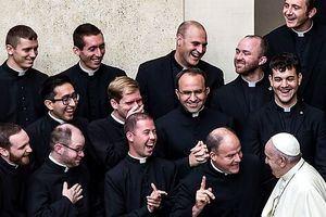 El Papa Francisco bromea con un grupo de sacerdotes durante la celebración de la audiencia general de los miércoles en el patio de san Damaso, este miércoles, en Ciudad del Vaticano.