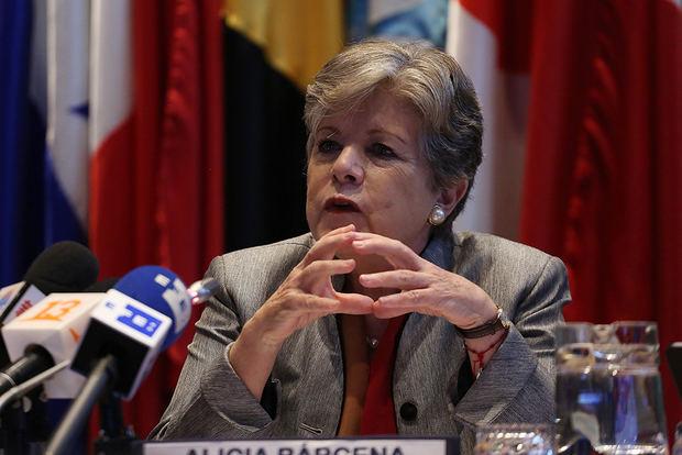 La secretaria ejecutiva de la Comisión Económica para América Latina y el Caribe, Cepal, Alicia Barcena, entrega su informe anual Panorama Social de América Latina 2019, este jueves en Santiago (Chile).