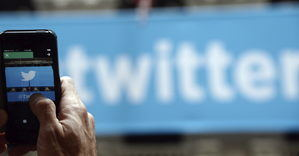 Un hombre fotografía el logo de Twitter en Nueva York (Estados Unidos).