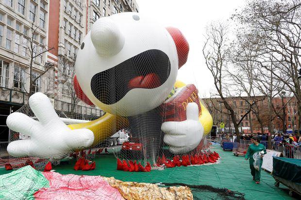 Un trabajador de globos de Macy's pasa por el globo del 'Diario de un niño debilucho' un día antes del 93o desfile anual del Día de Acción de Gracias de Macy's en Nueva York, Nueva York, EE. UU.