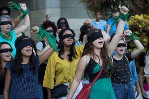 """Decenas de mujeres participan este viernes en la intervención """"Un violador en tu camino"""", popularizada por el movimiento feminista chileno Las Tesis, para denunciar los abusos y violencia que sufren las mujeres, durante un plantón realizado frente a la Suprema Corte de Justicia."""