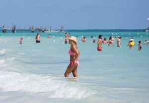 El turismo es la principal fuente de divisas de Rep. Dominicana y aporta el 7,6 % del producto interior bruto (PIB), según datos del Banco Central, aunque de forma indirecta llega a tener un impacto en cerca del 22 % de la economía dominicana, según cálculos de la Asociación Nacional de Hoteles y de Turismo (Asonahores).