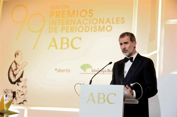 El rey Felipe pronuncia unas palabras durante la celebración de la 99 edición de los premios de Periodismo ABC 'Mariano de Cavia', 'Luca de Tena' y 'Mingote', este martes en Madrid.