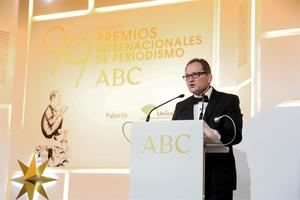 El dibujante José María Nieto pronuncia unas palabras tras recibir el premio 'Mingote' de manos de los reyes Felipe y Letizia, durante la celebración de la 99 edición de los premios de Periodismo ABC 'Mariano de Cavia', 'Luca de Tena' y 'Mingote', este martes en Madrid.