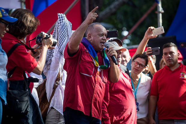 El presidente de la Asamblea Nacional Constituyente de Venezuela, Diosdado Cabello, habla a simpatizantes del oficialismo en una manifestación este martes, contra el Tratado Interamericano de Asistencia Recíproca (TIAR), en Caracas. Miles de simpatizantes del chavismo, que gobierna Venezuela desde 1999, macharon este martes en Caracas contra los países parte del Tratado Interamericano de Asistencia Recíproca (TIAR) y contra las supuestas 'arremetidas' del presidente colombiano, Iván Duque, contra el Gobierno de Nicolás Maduro.