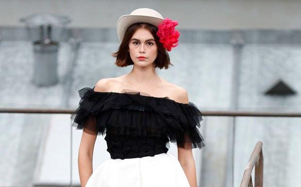 Kaia Gerber desfila con un modelo de Chanel.
