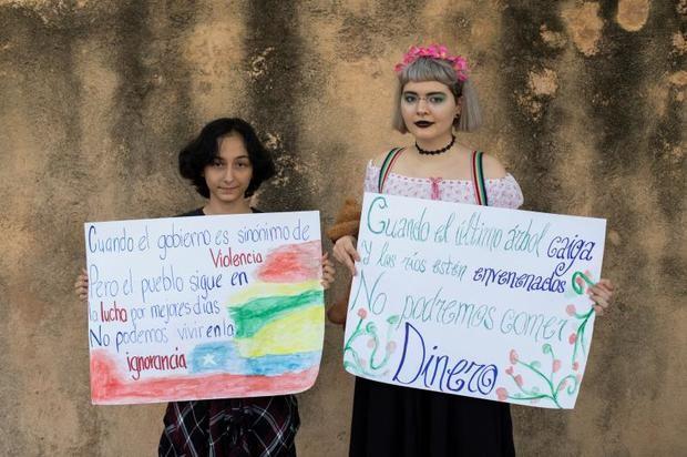 """Manifestantes participan este viernes en la manifestación """"Por el clima y por Chile. ¡ Salvemos el planeta, cambiemos el sistema !"""", realizada en el Parque Independencia de Santo Domingo (República Dominicana)."""
