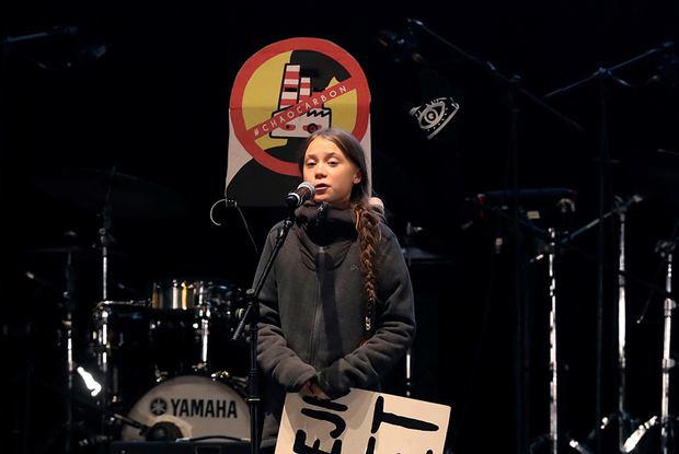 La joven activista sueca Greta Thunberg, durante su intervención en el cierre de la Marcha por el Clima de Madrid, en Nuevos Ministerios, después de haber abandonado el recorrido poco después de incorporarse, por recomendación de la Policía y ante la imposibilidad de avanzar a pie.