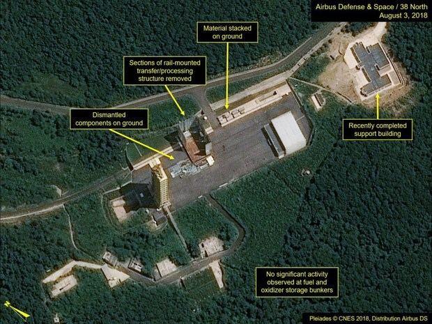 Imagen por satélite de varias instalaciones mientras eran desmanteladas en el lugar de lanzamiento de satélites de Sohae, el principal lugar de pruebas de misiles de Corea del Norte, tomada el 3 de agosto de 2018.