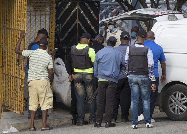 Agentes trabajan en la casa donde ocurrió un supuesto secuestro, donde falleció Cristián Medina Méndez, en su vivienda ubicada en Los Rosales de Santo Domingo Este (República Dominicana), y donde también falleció el primer teniente de la Policía Nacional, Juan Mercedes Vázquez, cuando ingresó a la propiedad donde estaba atrincherado el hombre.