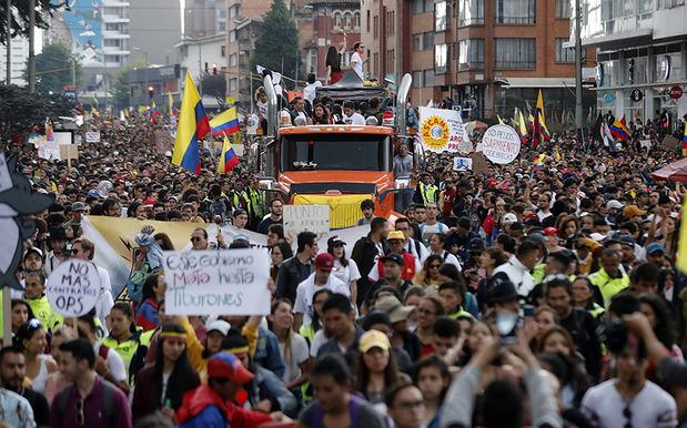 Artistas ponen ritmo a las protestas colombianas con una caravana musical en Bogotá