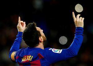 El delantero argentino Leo Messi, del FC Barcelona, celebra el gol de la victoria ante el Granada CF, durante el partido de la vigésima jornada de LaLiga Santander de fútbol disputado este domingo en el Camp Nou.