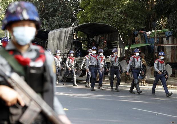 El despliegue de soldados en las calles aumenta la tensión en Birmania