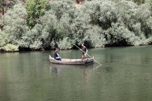 Paseos en barca a la antigua usanza por el río Zêzere en la localidad lusa de Janeiro de Cima.