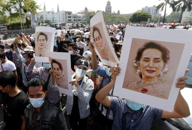 Miles de personas tomaron las calles en el tercer día de protestas masivas contra el golpe militar.