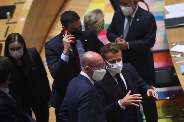 El presidente francés Emmanuel Macron habla con el presidente del Consejo Europeo, Charles Michel (i), en el cuarto día de la reunión del Consejo Europeo en Bruselas, Bélgica.