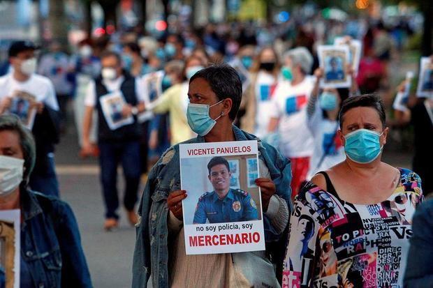 """Familiares y amigos de Diego Bello, el coruñés de 32 años abatido en enero por la policía filipina, durante una manifestación bajo el lema """"Filipinas mata, el Gobierno de España calla""""."""