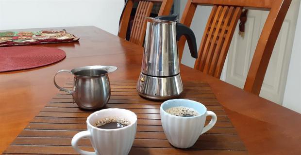 Beber más de 2 tazas de café/día reduce el 44 % la mortalidad, según un estudio