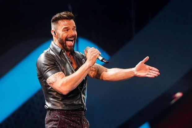 Otra escena del cantante puertorriqueño Ricky Martin en el escenario de la Quinta Vergara  durante la celebración del Festival Internacional de la Canción de Viña del Mar.