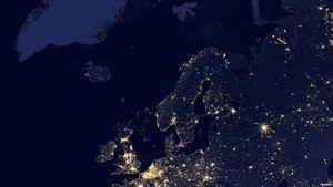 Vista nocturna de Europa y el norte de Africa tomada por el satélite Suomi National Polar Partnership (Suomi NPP) en 2012 y publicada por la NASA el 2-10-14.