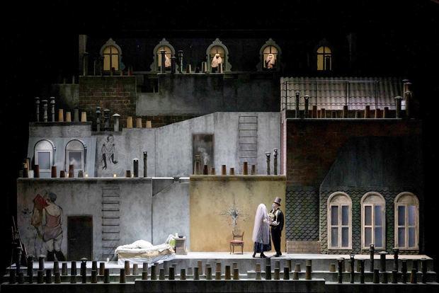 Escena de la 'Bohème' con la que la directora Emma Dante regresa al Teatro San Carlo de Nápoles y que desde el lunes, por primera vez en la pandemia, no tendrá limitaciones de aforo, debido a un reciente decreto del Gobierno nacional.