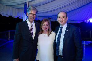 El  doctor Volker Pellet, la alcaldesa Ilana Neumann y Daniel Biran