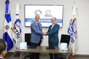 Director general de la OPTIC, Armando García y el director general de DIGEIG, Lidio Cadet luego de firmar el Acuerdo OPTIC y DIGEIG.